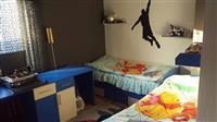 Shitet dhoma me 2 kreveta dhe 3 dollap (komplet)