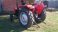 Traktor me pllugj masey ferguson