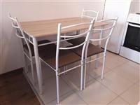 Urgjent shitet tavolina me kater karrige