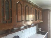 Kuzhinë druri,se bashku me paisjet përcjellëse.
