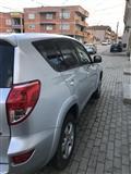 Shitet vetura Toyota rav4
