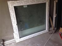 Dritare dhe 2 dyer te plastikes