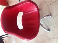 Shes pasqyre me tavolin sherbyse dhe karrig lekure