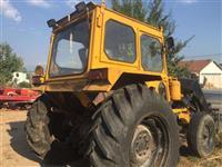 Shes 2 traktora dhe paisje bujqesore