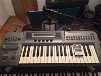 Roland XP80 dhe Korg Prophecy.