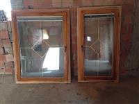 Dyer dhe dritaret prej drunit