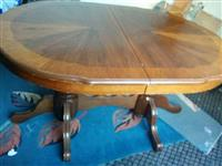 Dy tavolina buke, njera me karrika