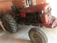 Shitet Traktori me te gjitha mjetet