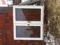 Dritaret e drunit dhe dera