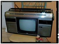 Radio me tv bardh e zi,dhe nje kaset