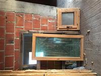 Dyer dhe dritare druri.