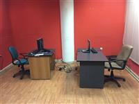 Kompjutere me tavolina dhe karrige